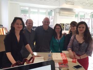 Muriel Barbery et l'équipe de la librairie Kléber